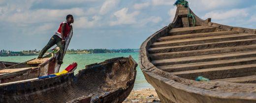Un ragazzo sistema le barche, in Ghana