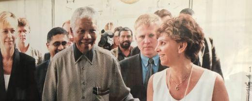 Gill Martini immortalata assieme a Nelson Mandela.