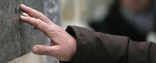 La mano di una devota posata sulla lastra della tomba di sant'Antonio