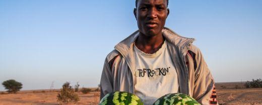 un ragazzo con due cocomeri in Libia