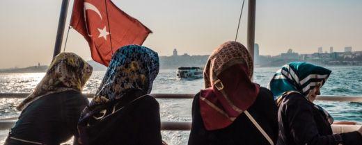 giovani ragazze velate su un traghetto nel Bosforo