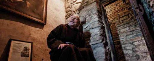 frate nella celletta di sant'Antonio a Montecasale