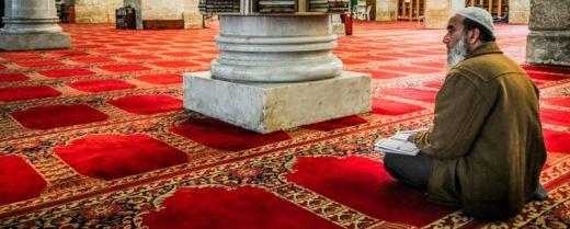uomo in preghiera nella moschea di al-Aqsa