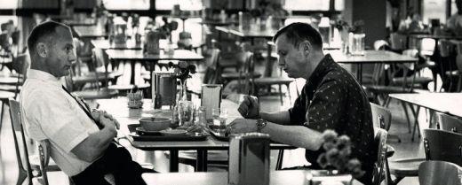 Gli astronauti Neil Armstrong e Buzz Aldrin alla mensa della NASA, Houston (1969).