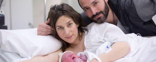 coppia con il figlio appena nato in ospedale