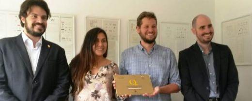 Lorenzo Zanchin e Liss (al centro), durante la consegna della certificazione di qualità