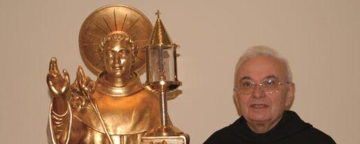 padre Giorgio Caltran con una reliquia di sant'Antonio