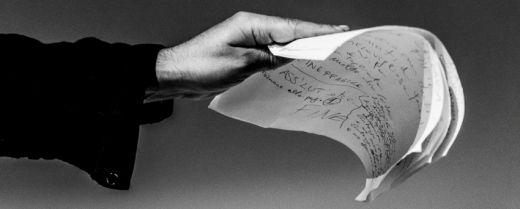 parole di poesia in mano