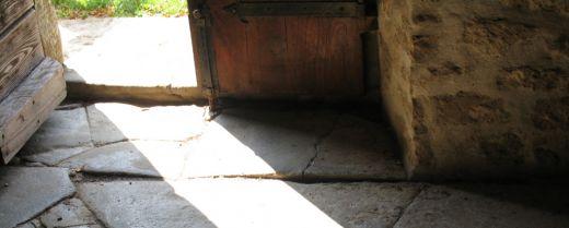 una porta socchiusa
