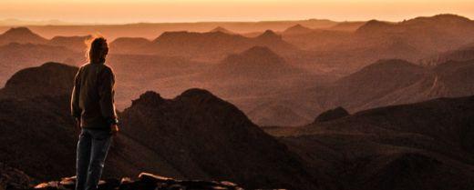 in piedi tra le dune del sahara