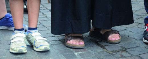 i sandali di un frate e le scarpe di un bambino