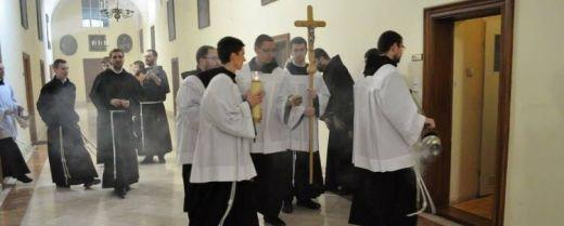 giovani frati in processione alla benedizione delle celle