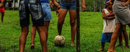 ragazze giocano a calcio a Villa Alancar in Amazzonia