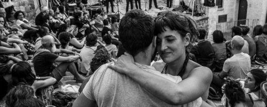 Una coppia balla al festival di Aliano