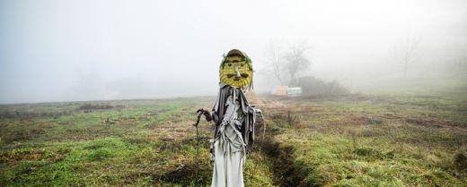uno spaventapasseri nella nebbia