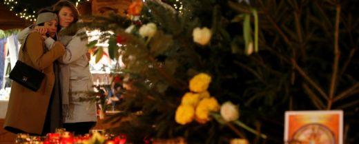 Berlino, giovani abbracciate nel luogo della strage di Natale
