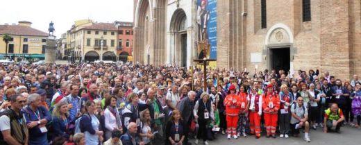 foto di gruppo all'arrivo del Cammino di sant'Antonio sul piazzale della Basilica