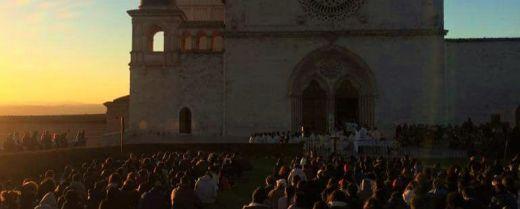 giovani sul prato della Basilica di S. Francesco ad Assisi