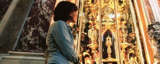 una pellegrina di fronte alla teca che accoglie le reliquie di sant'Antonio