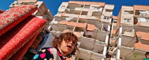 bimba tra le macerie del terremoto al confine tra Iran e Iraq