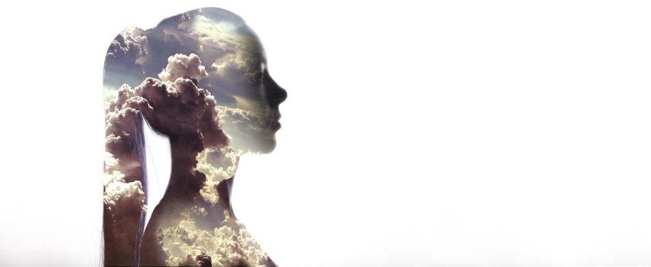 profilo giovane donna con nuvole