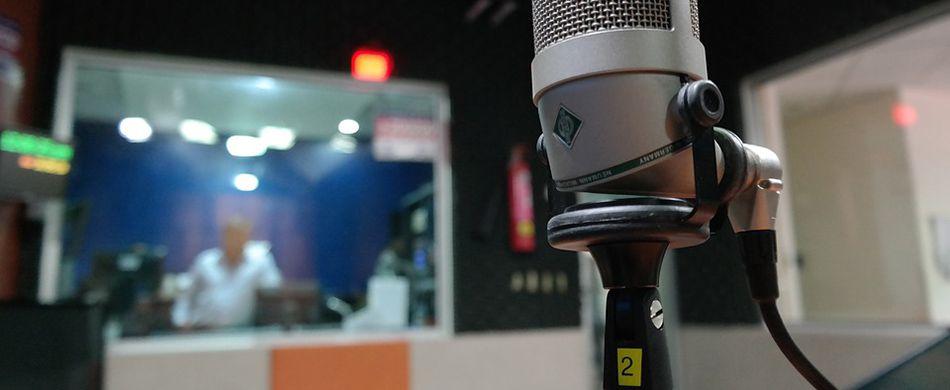 un microfono in un centro di registrazione