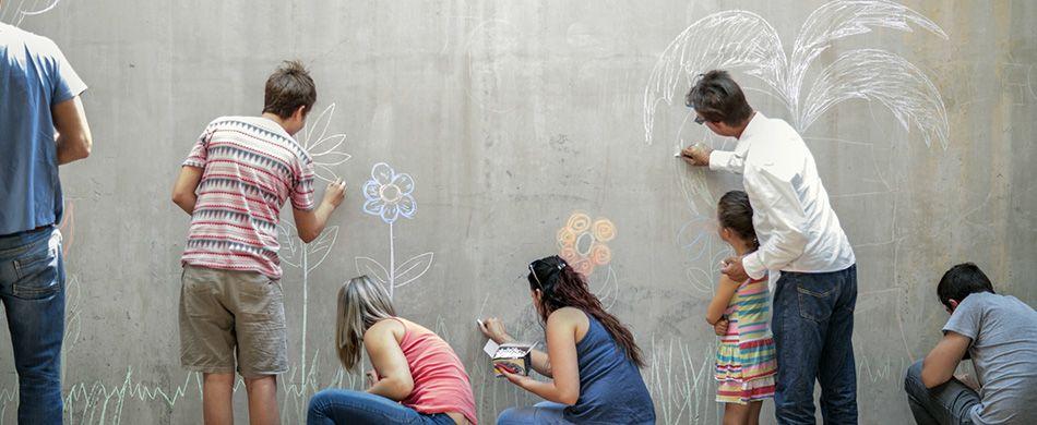 persone disegnano il futuro su un muro