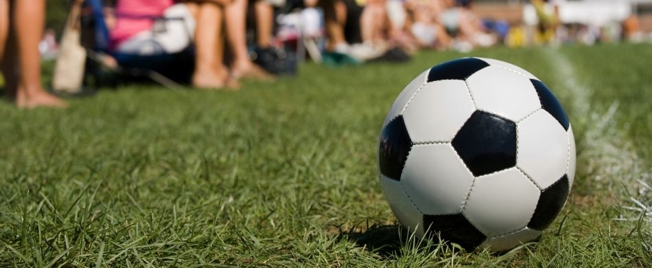 pallone ai margini di un campo di calcio