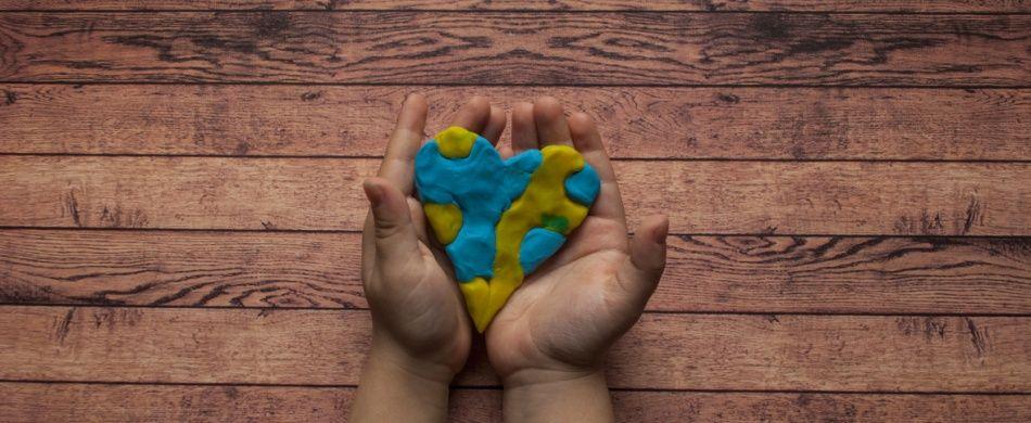 mani offrono un cuore