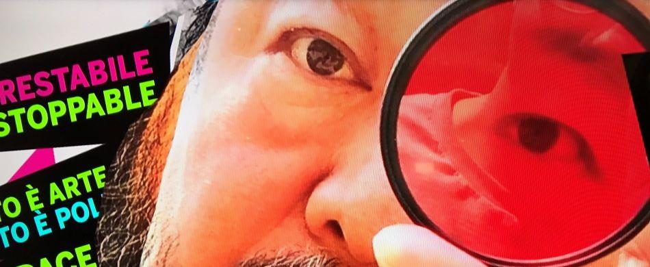 Ai Weiwei in un video trasmesso su un monitor all'ingresso di Palazzo Strozzi.