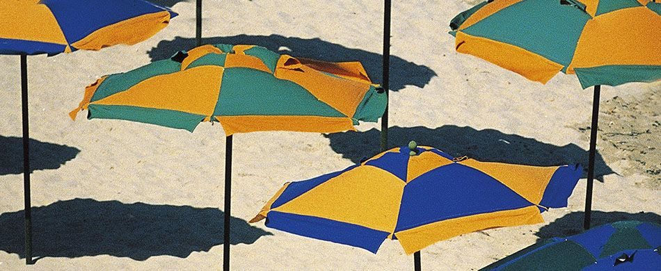 ombrelloni a scacchi in spiaggia