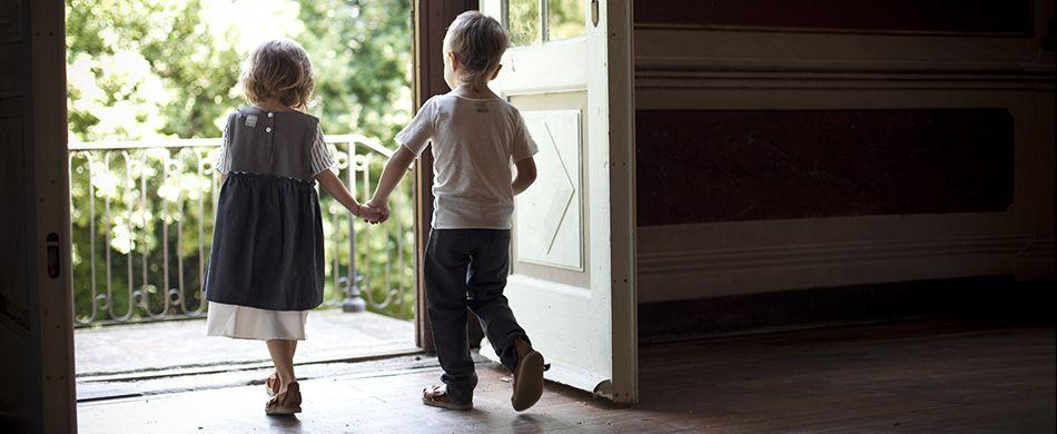 due bambini sulla soglia di casa