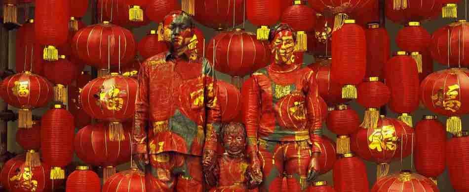 la famiglia di Liu Bolin mimetizzata in una sua opera