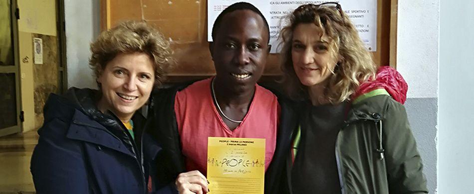 volontarie di No Walls con un migrante