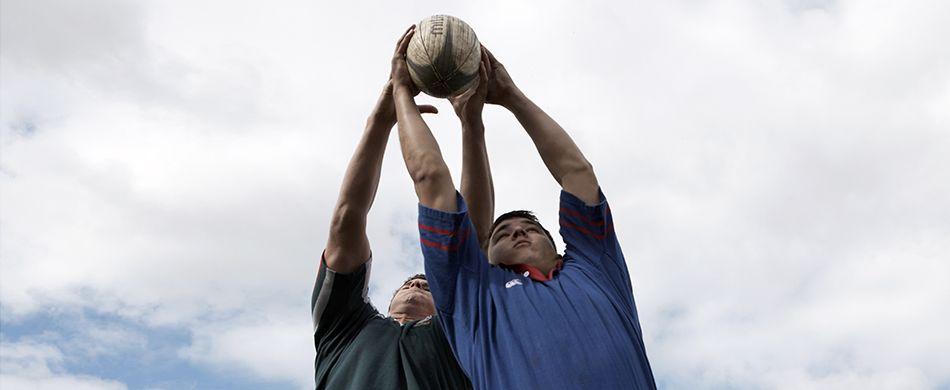ragazzi giocano a rugby