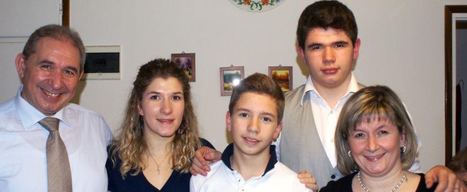 mamma e papà con i loro tre figli