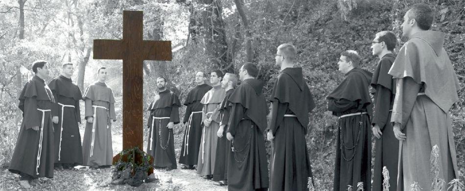 giovani frati e la croce