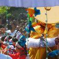 La devozione viene declinata ed espressa attraverso gli usi e i costumi locali: fiori, addobbi e sari colorati che esprimono la vitalità del popolo del Bangladesh.  - © fra Paolo Floretta e fra Alessandro Ratti