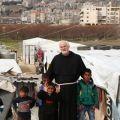 Fra Giancarlo Zamengo con alcuni bambini nel campo profughi di El Fayda a Zahle, Libano - © Fadi Yabroudi