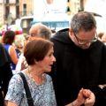 Anche la processione diventa occasione propizia per avvicinare un frate per una buona parola.  - ©MarcoSevarin