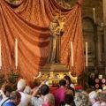 Fin dalle luci dell'alba, i fedeli hanno riempito il sagrato, per poi entrare in Basilica dalle ore 6.00 - ©fraAndreaVaona