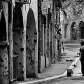 Il corso con i portici di Vukovar, nel 1992. La città croata cadde nel novembre del 1991.  - Mario Boccia