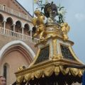 Nel pomeriggio del giorno successivo, 13 giugno, ecco la grande processione per le vie di Padova. Qui la reliquia del mento portata da membri della pia unione dei macellai.  - @MarcoSevarin