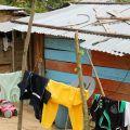 Vite senza storia. Gli abitanti dei villaggi vivono in baracche di fortuna, dove facilmente entrano serpenti e insetti. Senza acqua né bagni, la situazione igienica è intollerabile. - FABIO SCARSATO