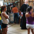 La suora parroco. Suor Mirian è l'anima del villaggio di Buenos Aires. Ha riunito la sua piccola comunità e la presenta a fra Giancarlo. Dietro di lei, padre Walter Coronel, referente del progetto. - FABIO SCARSATO