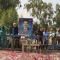 La tomba di Shahbaz - Insieme sulla tomba di Shahbaz visitata ogni anno da centinaia di pellegrini. L'ex ministro, oggi pianto anche da musulmani e indù, era un grande tessitore di pace