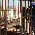 Uno scheletro che dà speranza.  - La base è di cemento e la struttura portante è di legno.
