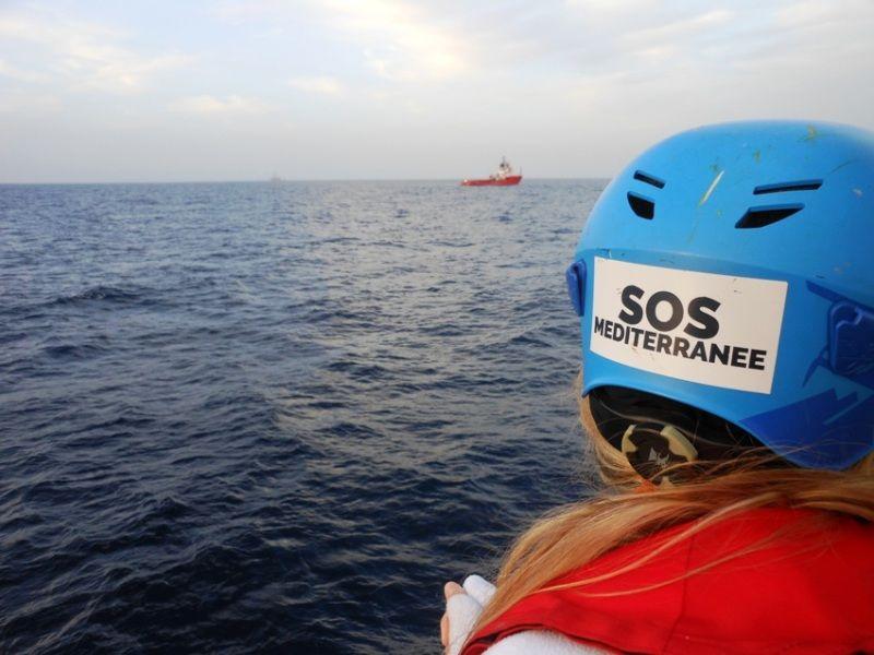 Mathilde Auvillain, capo comunicazione di Sos Méditerranée, scruta il mare  - ©GilbertoMastromatteo