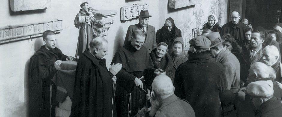Anni Quaranta, i frati distribuiscono pane ai poveri nei chiostri della Basilica del Santo a Padova
