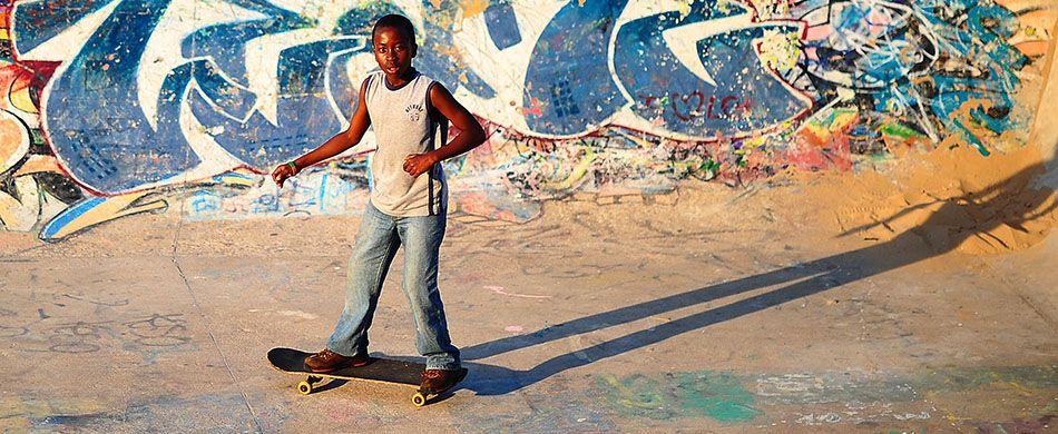 Bambino con skateboard